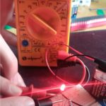 Zdjęcie przedstawie pomiar napięcia w obwodzie prądu stałego.