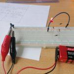 Zdjęcie przedstawia pracę konkursową, układ z diodą świecącą.