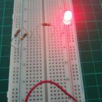 Zdjęcie przedstawia działanie układu zbudowanego na konkurs Pstryk i działa, dioda świecąca działa.